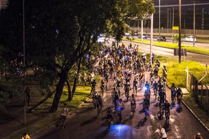Ciclistas de vários regiões da capital, se reuniram para a pedalada em protesto pela morte do arquiteto|Foto: Alina Souza/Sul21