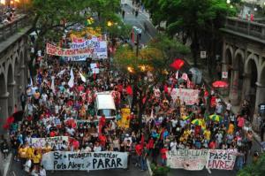 Manifestantes percorreram ruas do Centro contra aumento no valor da tarifa do ônibus | Foto: Fabiano do Amaral
