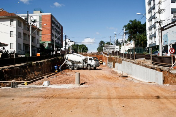 Obra na avenida Cristóvão Colombo se desenvolve em três frentes Foto: Maia Rubim/PMPA