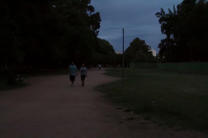 Ao cair da noite, diminui o movimento de pessoas caminhando ou correndo pelo Parque da Redenção devido à escuridão |Foto: Filipe Castilhos/Sul21