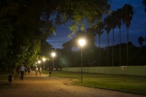 São poucas as áreas que estão com boa iluminação e que todas as lâmpadas estão funcionando. As pessoas priorizam os locais iluminados para caminhar|Foto: Filipe Castilhos/Sul21