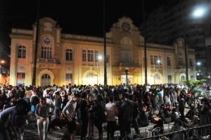 Serenata iluminada movimentou o Centro na noite deste sábado | Foto: Fabiano do Amaral