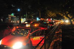 Protesto de taxistas bloqueia ruas e avenidas centrais de Porto Alegre | Foto: Fabiano do Amaral