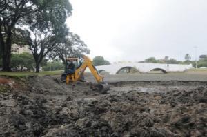 Lodo retirado pela retroescavadeira será colocado nas bordas do lago para secagem | Foto: André Ávila