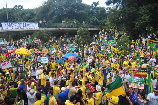 Milhares protestam contra o governo em Porto Alegre | Foto: Tarsila Pereira