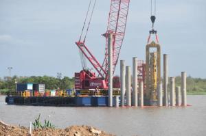 Estão sendo colocadas estacas de 30 metros de comprimento que pesam em torno de 30 toneladas | Foto: Tarsila Pereira