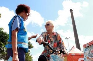 EPTC realiza ações educativas para orientar ciclistas, pedestres e motoristas Foto: Marcela Barbosa/Divulgação