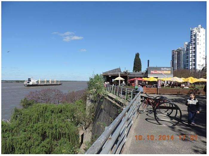 Figura 2a – A antiga área portuária – antes separada da a área central da cidade também por um muro - é hoje um sistema de espaços públicos que com um mix adequado de bares, restaurantes, serviços e equipamentos culturais à beira do seu Rio.