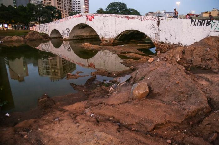Lodo foi colocado nas bordas do lago | Foto: Guilherme Santos/Sul21