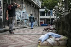 Depois de serem abordados pela Brigada Militar, grupo de moradores de rua acabou deixando o local. | Foto: Caroline Ferraz/Sul21