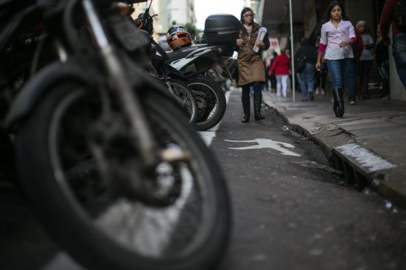 Faixa para pedestres amplia espaço, estreito na calçada | Foto: Caroline Ferraz/Sul21