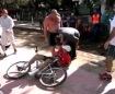 Frame retirado de vídeo mostra ciclista deitado na ciclovia sendo ameaçado por dois homens | Foto: Reprodução