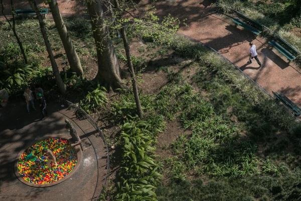 17/08/2015 - PORTO ALEGRE, RS, BRASIL - Intervenção estética de Sandro K, intitulada Piscina, na Praça da Alfândega. Foto: Guilherme Santos/Sul21