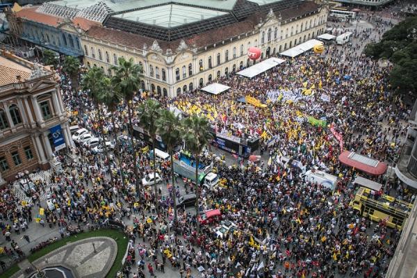 Assembleia unificada no Largo Glênio Peres reuniu mais de 35 mil servidores de todas as categorias do serviço público do RS. (Foto: Guilherme Santos/Sul21)