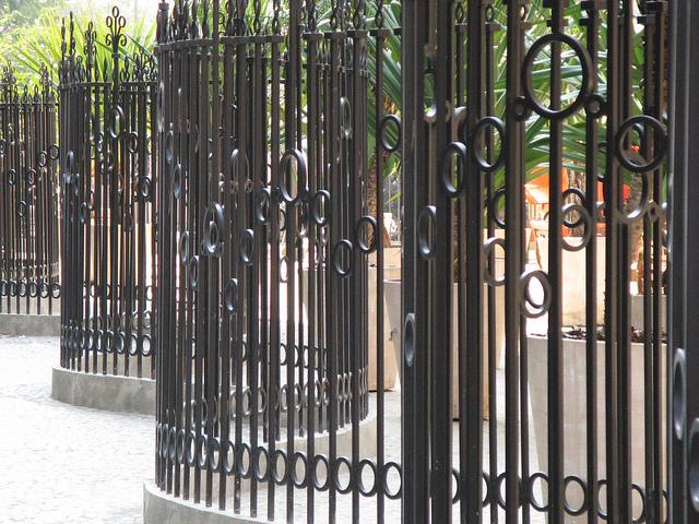 Portões e cercas são instalados por razões de segurança, mas muitas vezes acabam desencorajando as pessoas a caminhar e praticar exercícios. (Foto: Luciano Paiva)