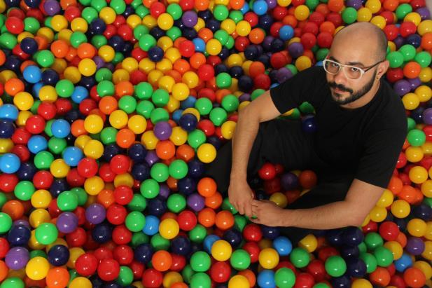O artista visual Sandro Ka, idealizador da intervenção | Foto: Ariane Laubin / Divulgação / CP