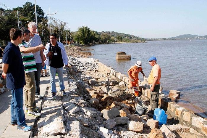 Parte do passeio foi danificada com a invasão das águas do Guaíba Foto: Ivo Gonçalves/PMPA