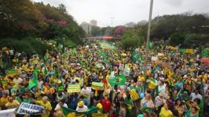 De acordo com a Brigada Militar, movimento reúne 20 mil pessoas. Já os organizadores dizem que são 50 mil. (Foto: Lucas Uebel/ O Sul)