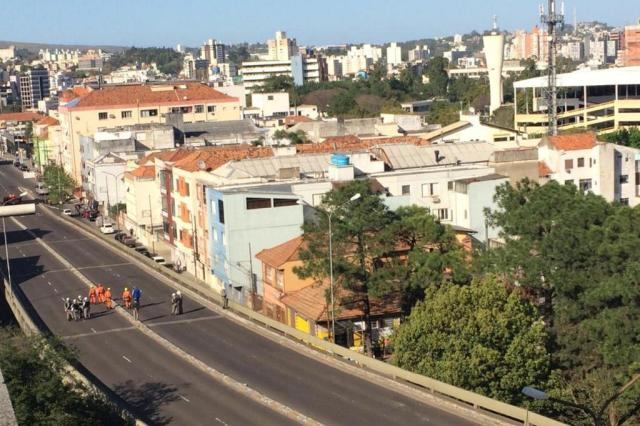 Viaduto foi bloqueado por conta de mala suspeita Foto: Bruna Scirea / Agência RBS