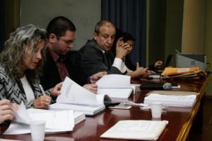 Comissão abriu os envelopes de documentação de habilitação Foto: Betina Carcuchinski/PMPA