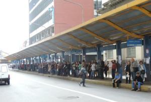 Terminal da rua Uruguai ficou lotado com pessoas esperando os ônibus | Foto: Carmelito Bifano / Especial / CP