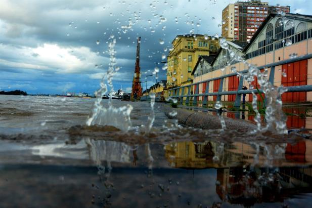 Água ameaça invadir o Cais Mauá | Foto: Mauro Schaefer