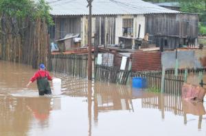 Moradores da Ilha da Pintada precisaram deixar suas casas neste domingo   Foto: Alina Souza