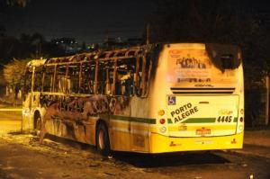 Indivíduos atiraram contra veículo e exigiram descida dos ocupantes no bairro Chácara das Pedras | Foto: Fabiano do Amaral