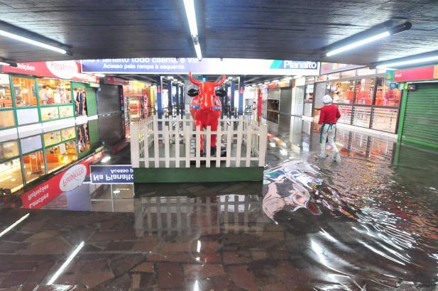 Água ainda não entrou nas lojas, mas nível continua subindo | Foto: Alina Souza