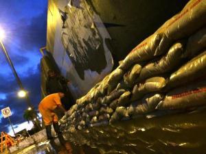 Barricada foi montada em momento que água do esgoto passava por baixo de comporta | Foto: Tiago Medina / Especial CP