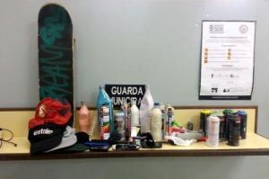 Foram encontradas latas de spray, garrafas de tinta e rolos de pinturaFoto: Divulgação/PMPA