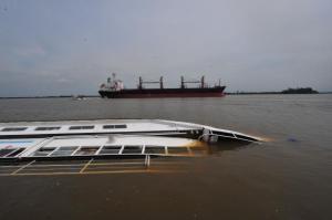 Embarcação adernou com o temporal de sexta-feira e salvamento é complexo | Foto: Alina Souza