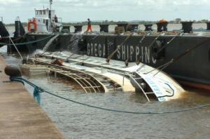 Cabos que ergueriam embarcação romperam nesta tarde | Foto: Paulo Nunes