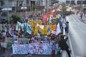 Movimento começou na frente da Prefeitura e percorreu principais vias da cidade | Foto: Mauro Schaefer
