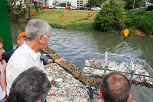 Ao ser içada, gaiola traz resíduos flutuantes à superfície Foto: Luciano Lanes / PMPA