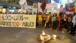 Catraca de papelão foi queimada em alusão à reivindicação ao passe livre para estudantes | Foto: Samantha Klein / Rádio Guaíba / CP