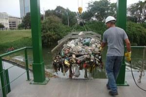 Garrafas plásticas, sacos e madeiras estão entre os resíduos Foto: Cibele Carneiro/Divulgação PMPA