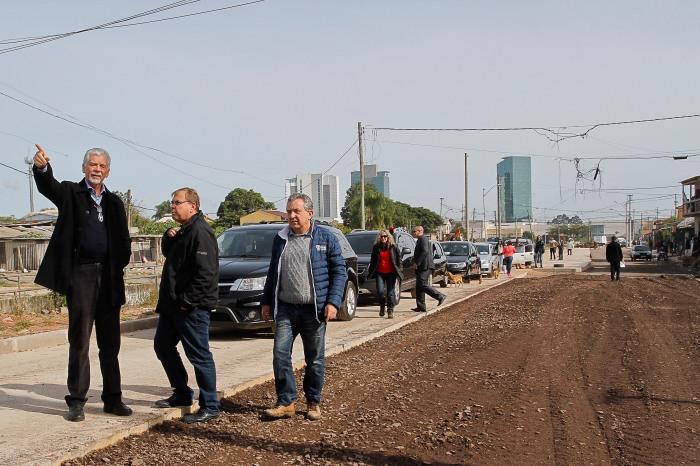 Prefeito visitou o local para verificar andamento e conversou com moradores Foto: Luciano Lanes / PMPA