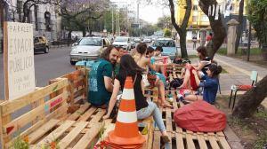 Em 2014, estudantes da Ufrgs instalaram um parklet na Rua Sarmento Leite.  Foto: Divulgação/CMPA