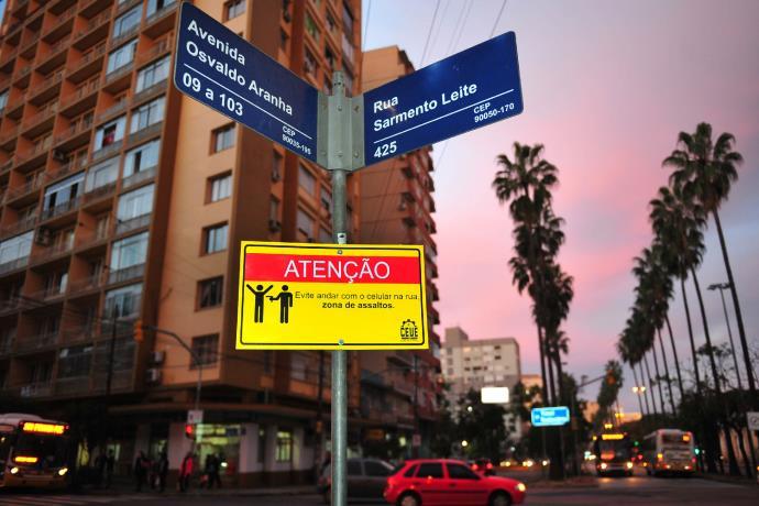 Alunos de engenharia pregaram placas alertando para o perigo de roubos | Foto: Alina Souza