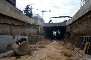 Trincheira da rua Anita Garibaldi foi iniciada em janeiro de 2013 e deve ter 210 metros de extensão | Foto: Guilherme Testa