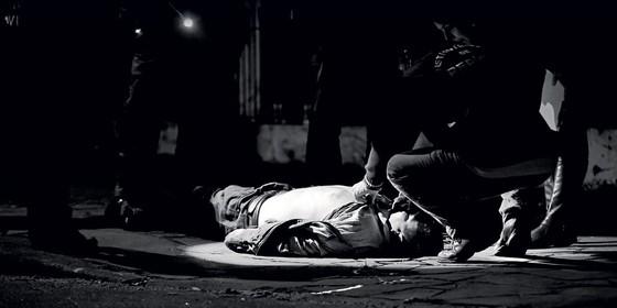 FAROESTE Peritos criminais inspecionam cadáver em Porto Alegre.  Na madrugada em que ÉPOCA acompanhou os policiais, houve homicídios em sequência (Foto: Arthur Kolbetz/ÉPOCA)